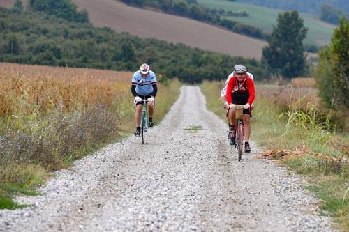 Guidare la bicicletta sulle strade bianche della Monsterrato