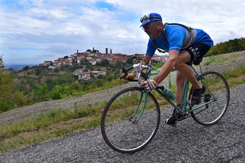 Gianni Gorlero in piena azione alla Monsterrato 2018 nella prova riservata ai ciclostorici e alle loro biciclette d'epoca