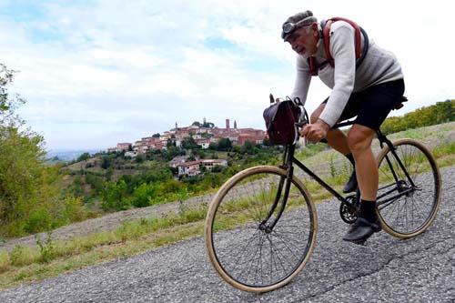La Monsterrato 2018: Luciano Guggiola in piena azione nella prova riservata alle biciclette d'epoca con la fida Peugeto dei primissimi anni '900