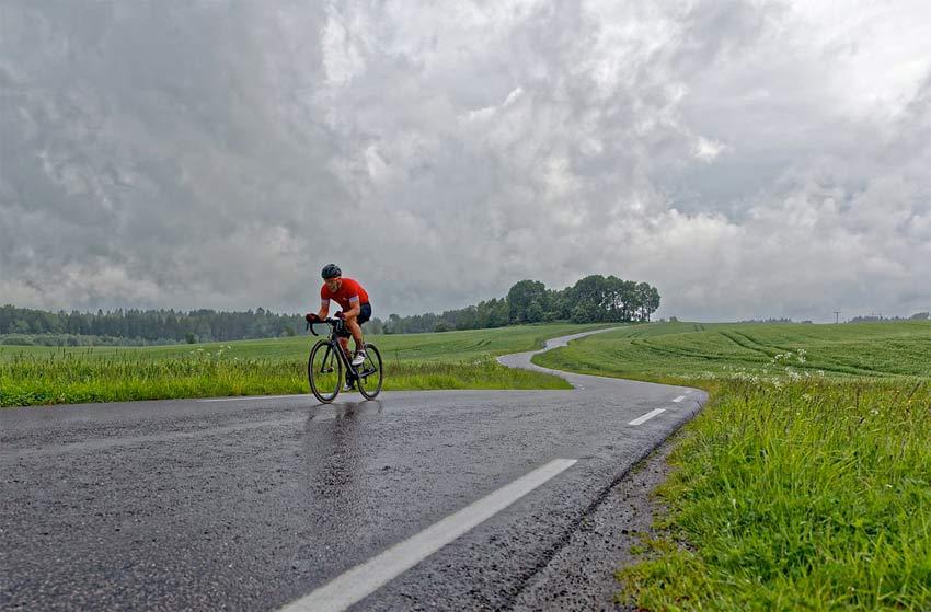 In bici sotto la pioggia